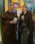 """Daniela Bach und Carsten Zehm mit seinem Buch """"Staub-Kristall"""", beide in mittelalterlicher Gewandung"""