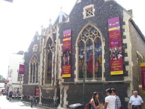 """Die in einer alten Kirche gelegene Touristenattraktion """"The Canterbury Tales"""" von aussen"""