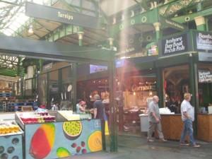 Stände auf einem Wochenmarkt in London