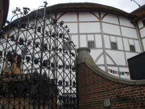 Schmiedeeisernes Tor vor Shakespeares Globe Theatre