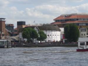 Blick auf Shakespeares Globe Theatre über die Themse hinweg