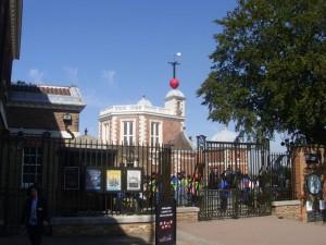 Das Greenwich Observatory mit Touristen am Nullmeridian