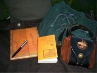 Gepäck für eine literarische Pilgerreise: Tagebuch, Füller, Buch, Rucksack und mehr