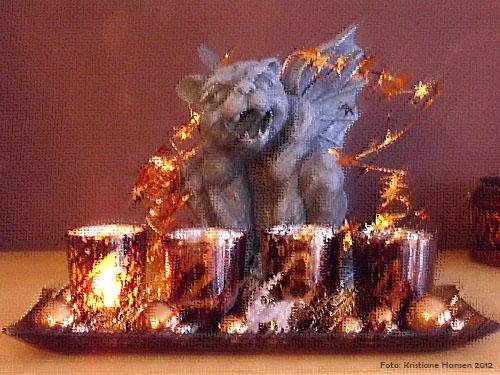 Gargoyle Gondolin vor Adventskerzen und Weihnachtsdeko