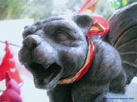 Gargoyle Gondolin mit weihnachtlicher Schleife um den Hals