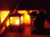Gargoyle Gondolin vor einer Laterne mit brennender Kerze darin