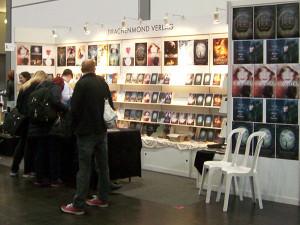 """Der Stand des Fantasy-Verlags """"Drachenmond"""" auf der leipziger Buchmesse 2016 mit Besuchern"""