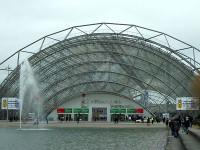 Außenansicht der kuppelförmigen Glashalle, die der Eingang zur Buchmesse in Leipzig ist.